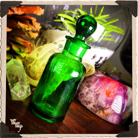 GREEN GLASS APOTHECARY BOTTLE. 1oz. For Vintage Altar Decor, Potions, Herbs.