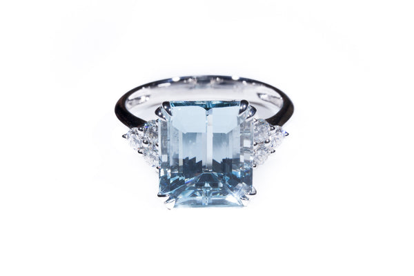 18K White Gold Exquisite Emerald Cut Aqua Marine with a trio of Diamonds on each side