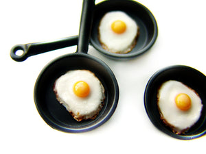Fried Egg Skillet Charm - Sucre Sucre Miniatures