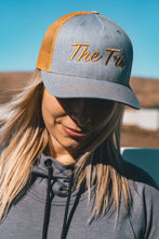 Load image into Gallery viewer, Tri Script trucker in grey/amber(snapback)