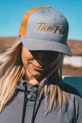 Tri Script hat in heather grey/amber gold(Snapback)