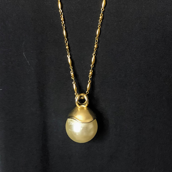 Voluminous Pearl Pendant Necklace