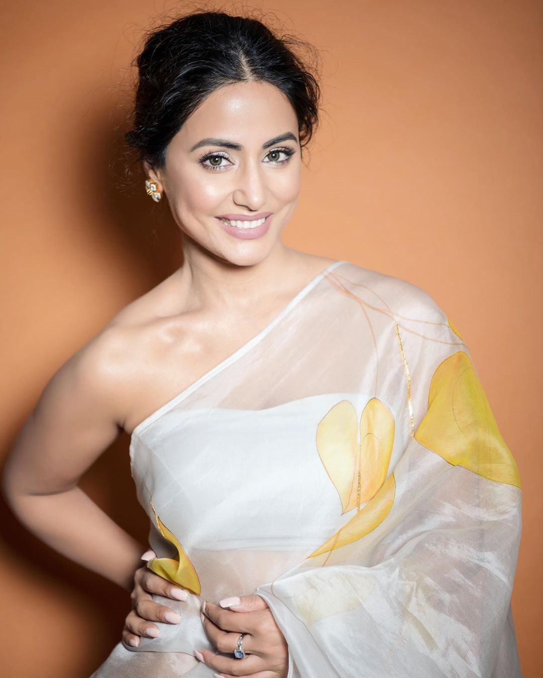 Hina Khan in Beautiful White Coloured Chiffon Saree with Big Prints of Autumn Leaves