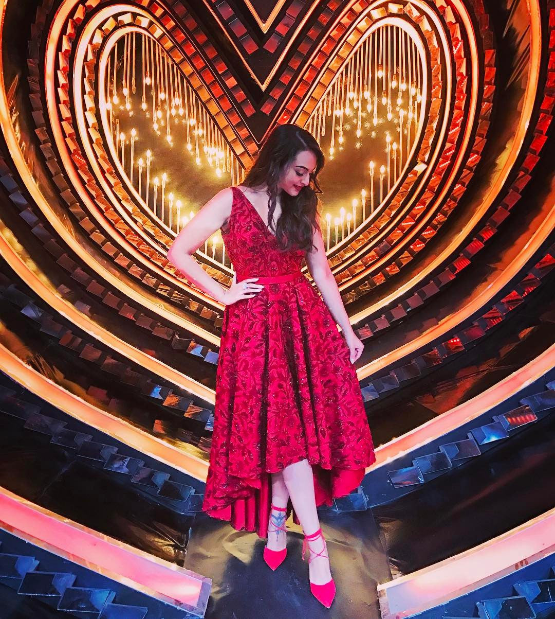 Sonakshi Sinha looks drop dead gorgeous in an embroidered red gown by Rajat Tangri at Nach Baliye Set