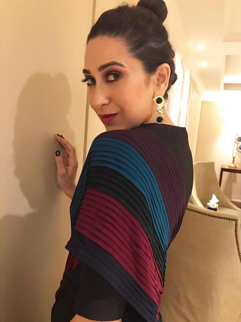 68e47830911c4 Karisma Kapoor s Beautiful Easy And Casual Party Look In Urvashi ...