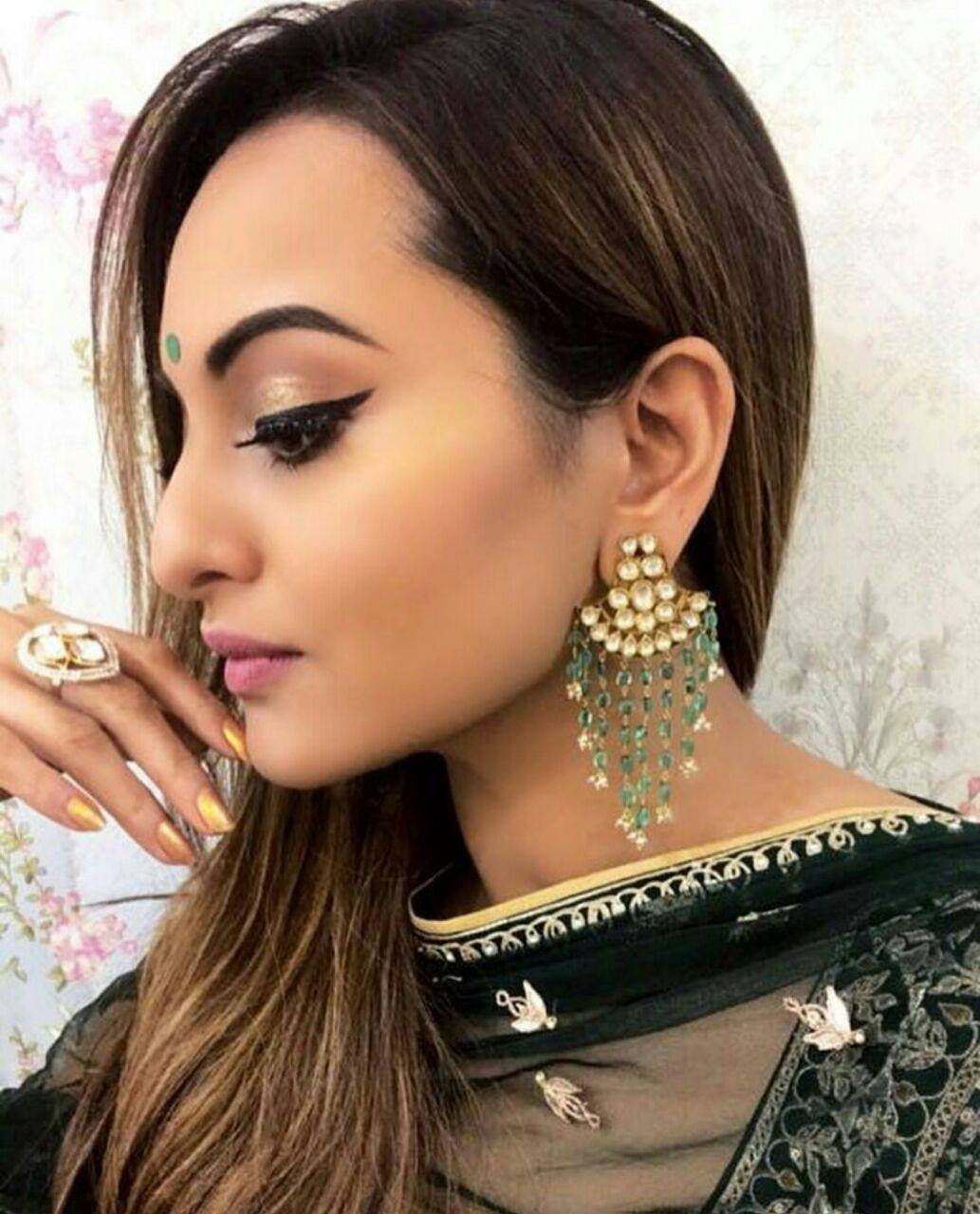 Look Of The Day:  Sonakshi Sinha Looked Charming in Her Perfect Diwali Outfit