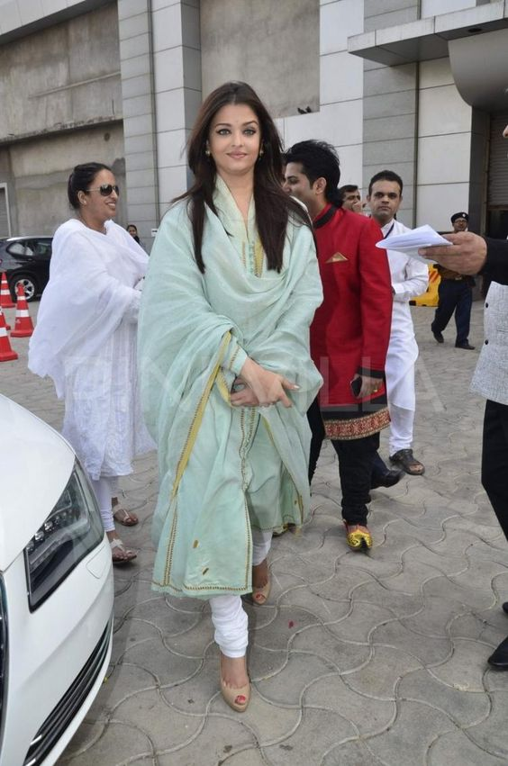 Aishwarya-rai-in-indian-designer-dress