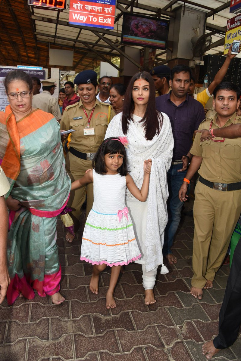 Aishwarya Rai Bachchan Takes Blessings At Siddhivinayak On Her Birthday