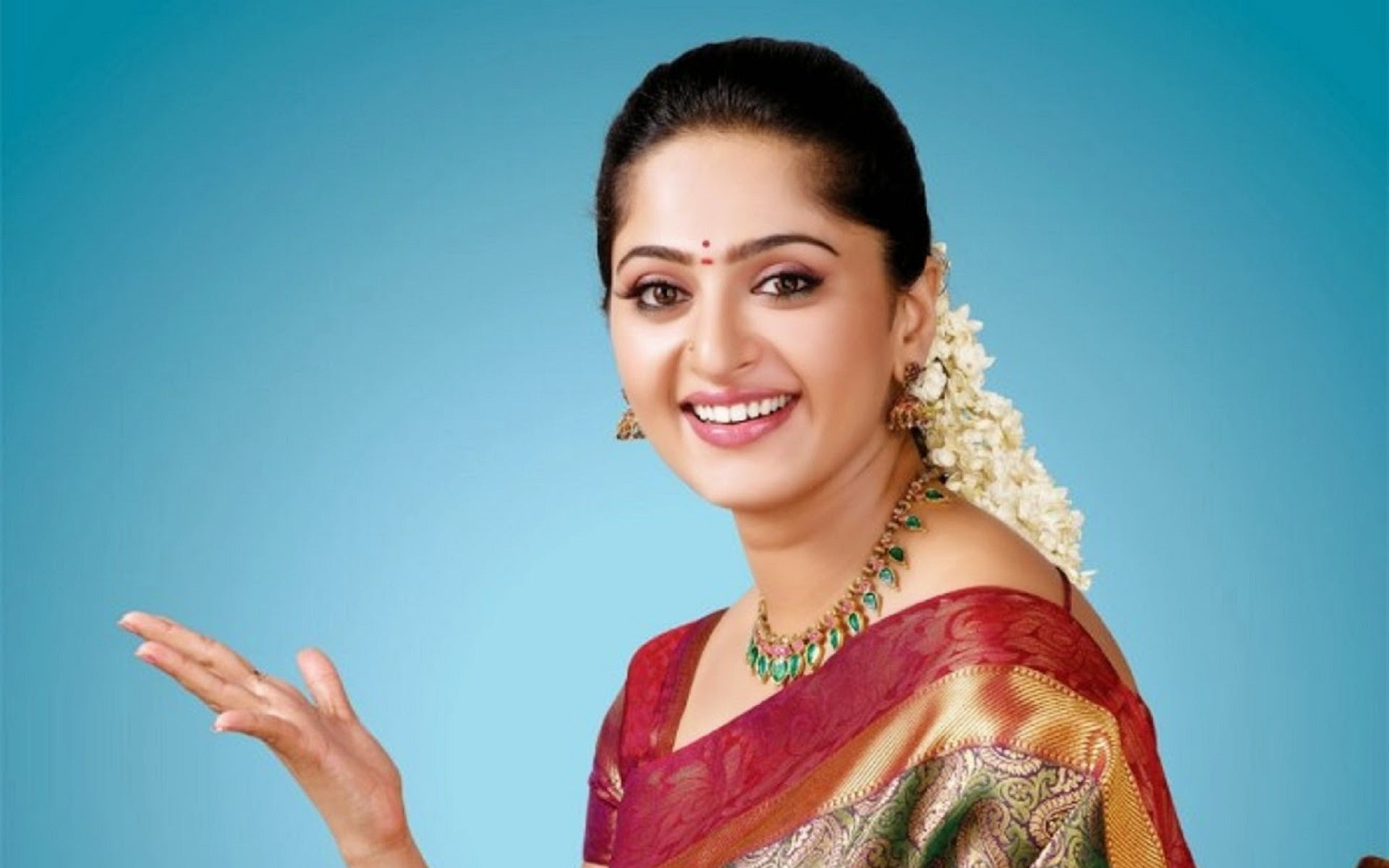 anushka-shetty-in-saree
