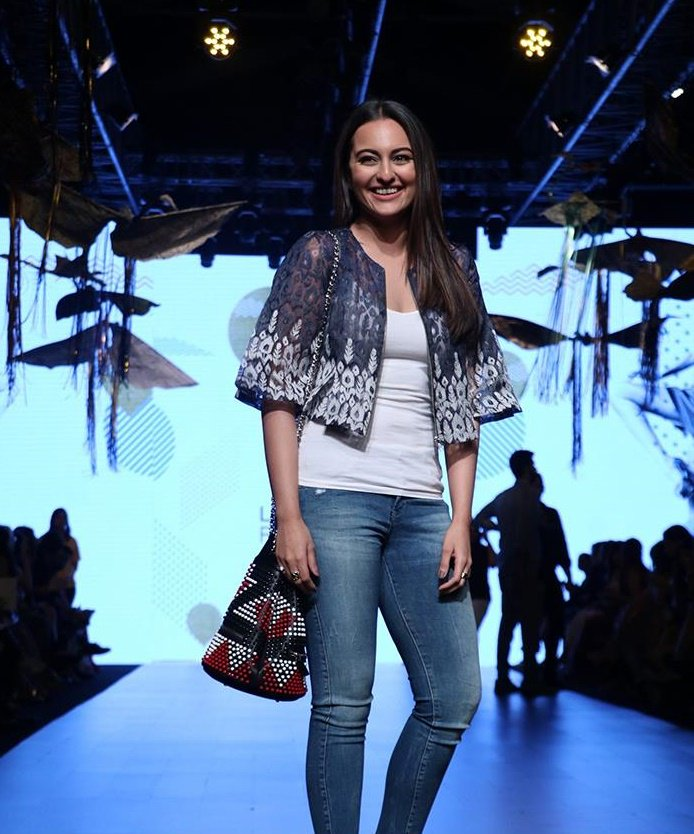 Sonakshi Sinha Looking So Gorgeous in Lakme Fashion Week Summer/Resort 2017 !!
