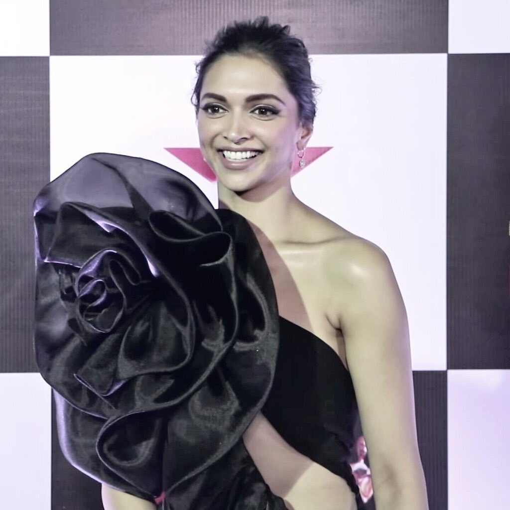 deepika-padukon-in-star-screen-award