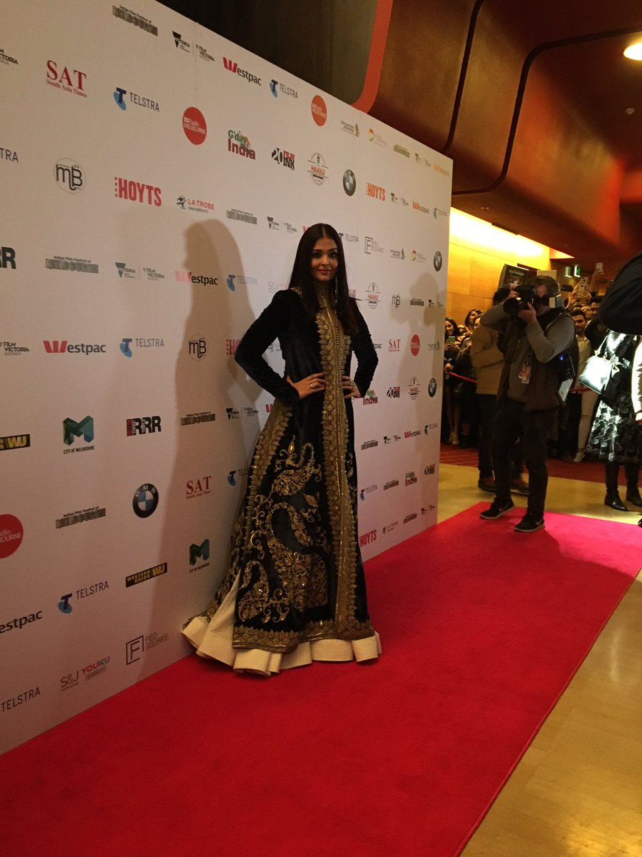 "Aishwarya Rai Bachchan Honoured With ""Excellence in Global Cinema"" Award at IFFM 2017"