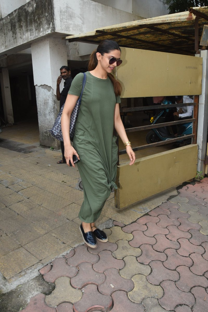 Deepika Padukone's Outfit Proves This International Casual Fashion Trend's Still Having A Major Moment