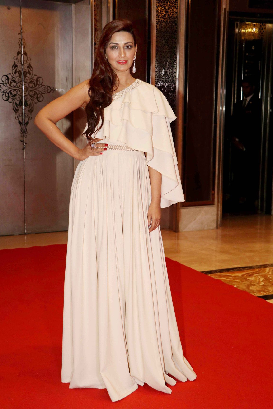 Sonali Bendre in Ridhi Mehra SS17 Collotion's Ivory off-shoulder ruffles gown at Asia Spa awards