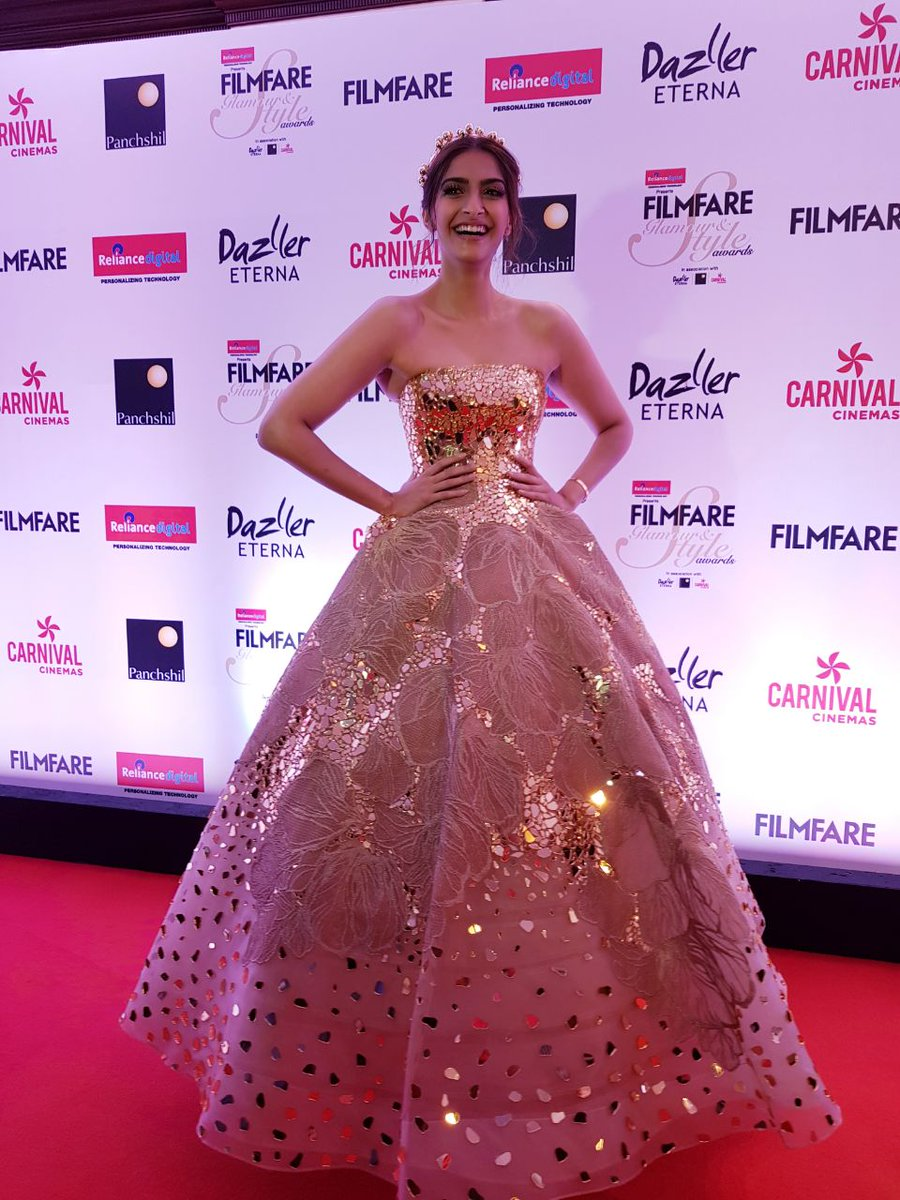 Filmfare Glamour & Style Awards 2017: Sonam Kapoor Looked Most Glamorous in Golden Gown