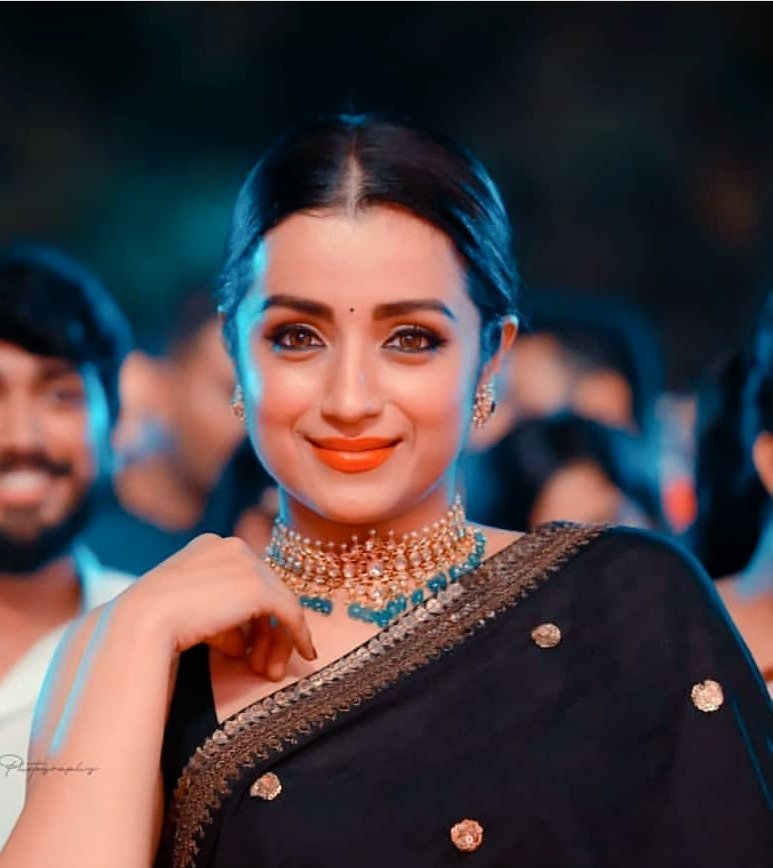 Trisha-Krishnan-in-black-saree