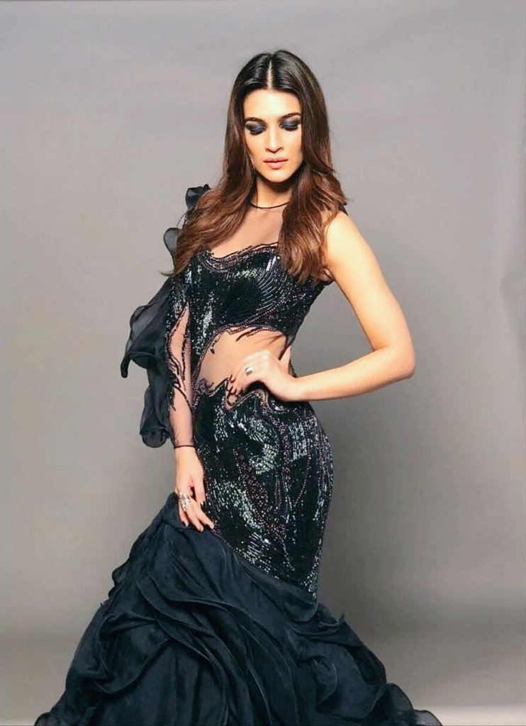 Why We Are In Love With Kriti Sanon's Midnight Blue Gown