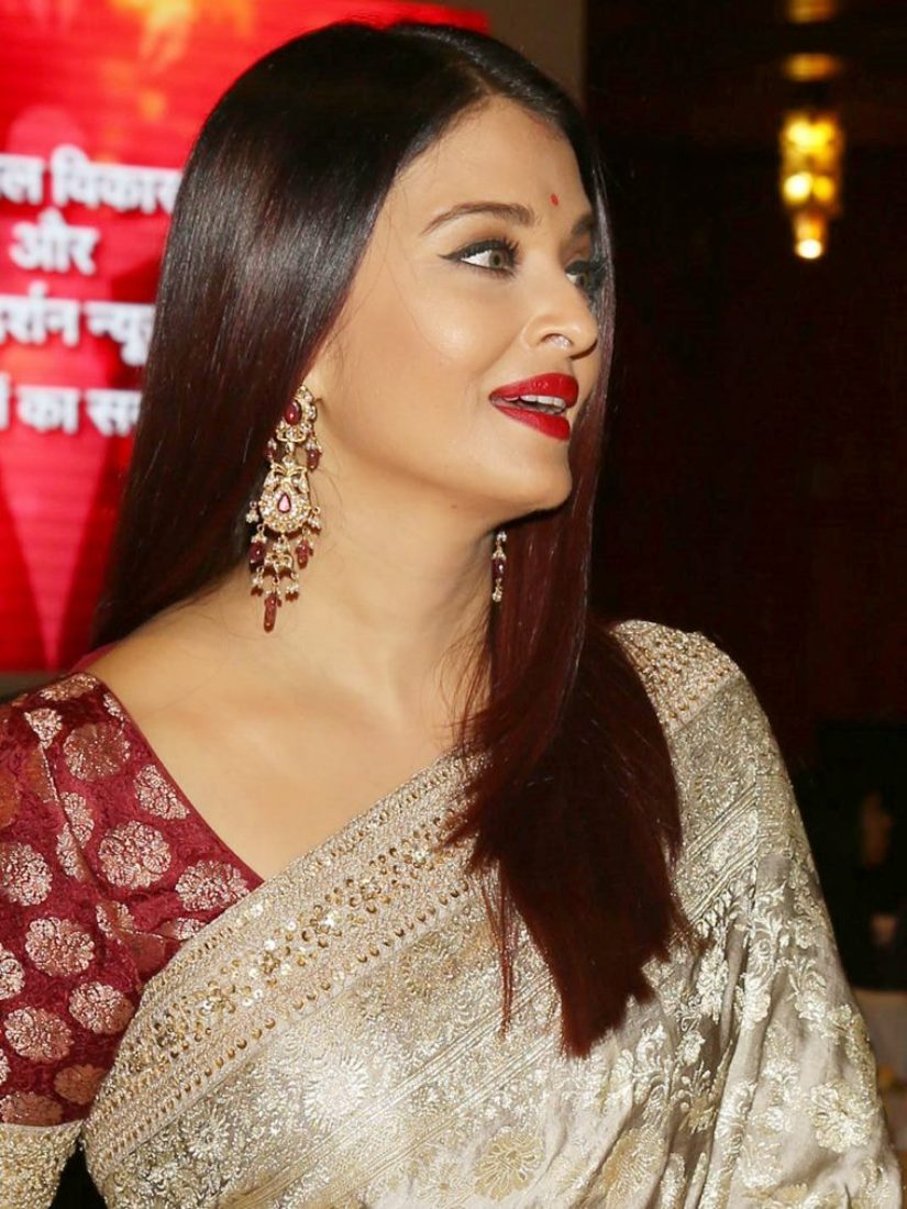 Aishwarya Rai Bachchan Looked Magnificent Metallic Ivory ...