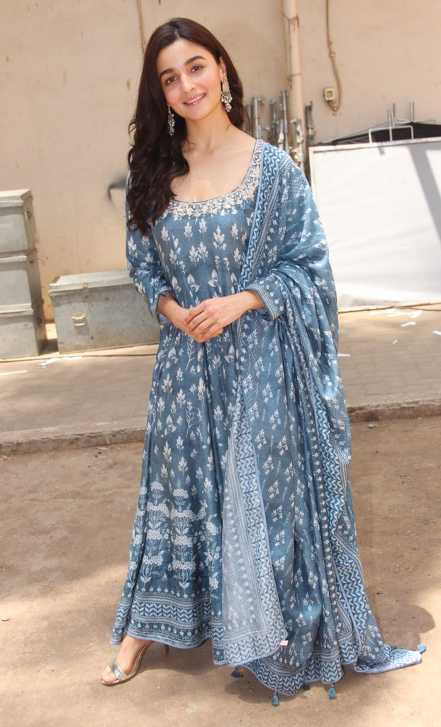 alia-bhatt-in-anita-dongre-dress