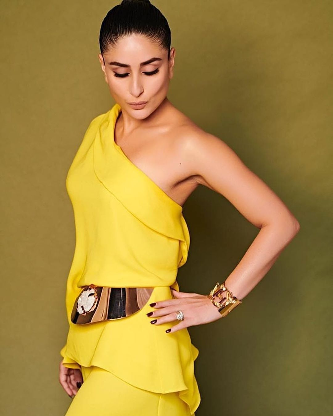 Kareena Kapoor Khan make a fashion blunder with this thigh-high slit gown