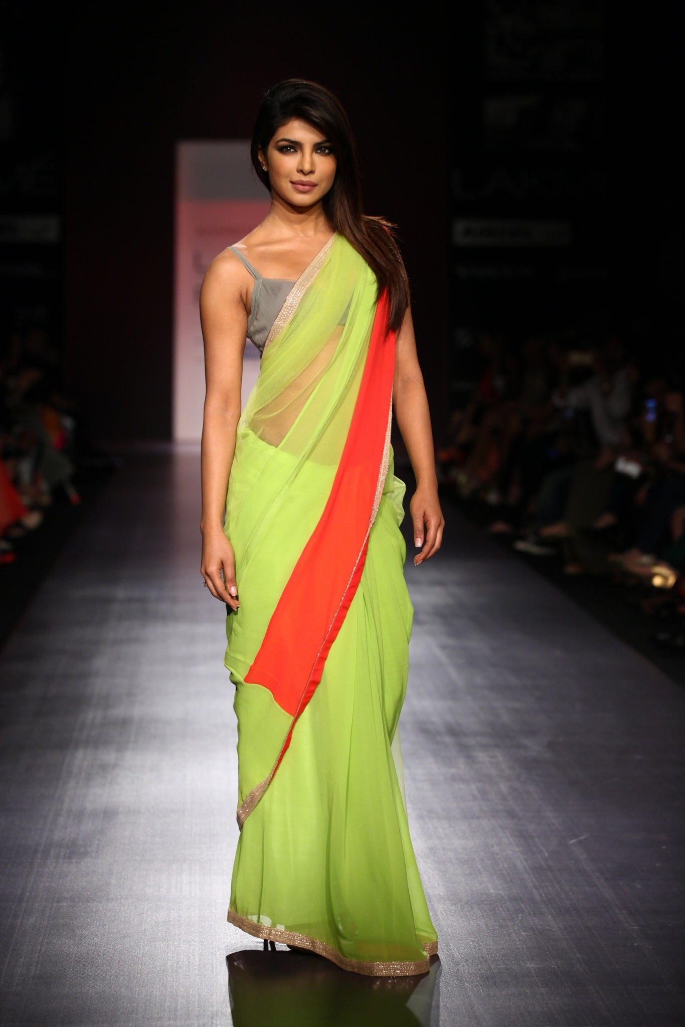priyanka-chopra-in-dostana-in-saree