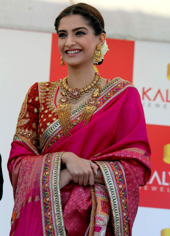 sonam-kapoor-red-saree