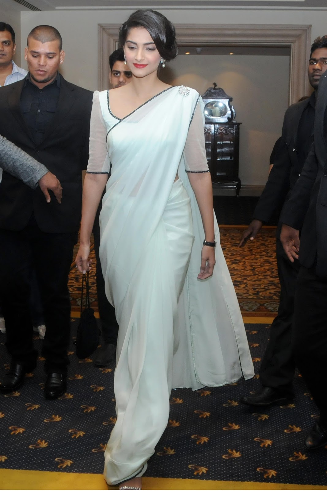 sonam-kapoor-in-white-saree