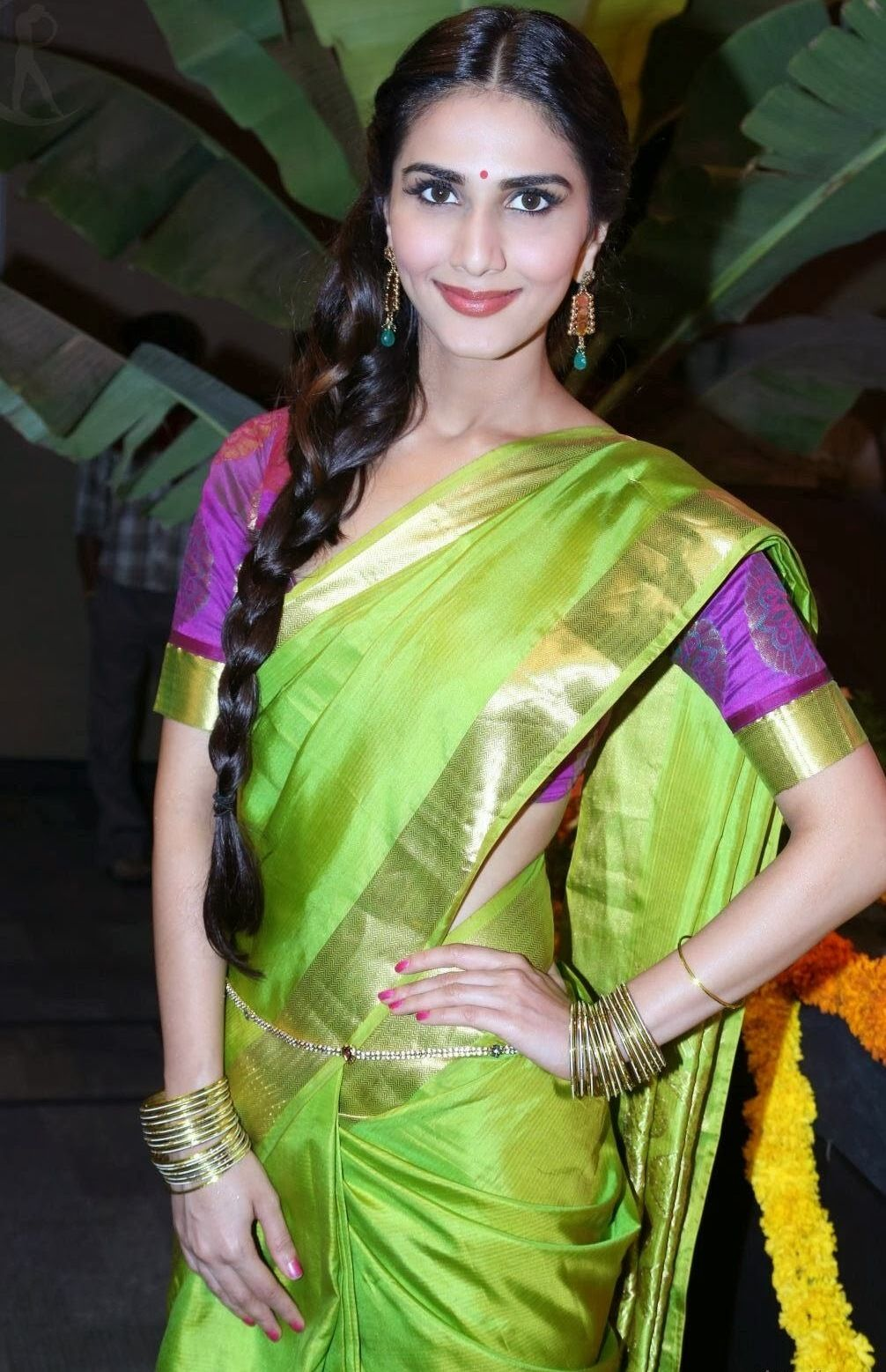 vaani-kapoor-reveals-too-much-in-a-saree