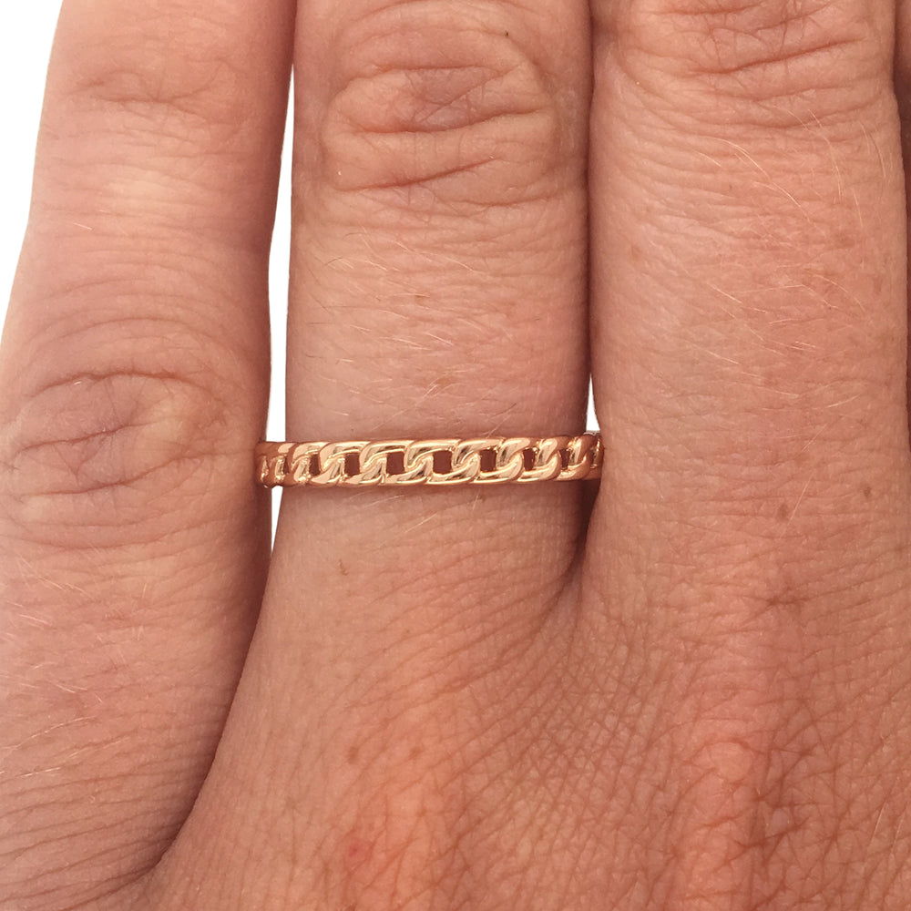Load image into Gallery viewer, Chain link pattern ring cast in 14 kt rose gold on left ring finger.