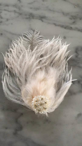 Our custom flutter feather hair clip in white makes for an amazing hair accessory. One size fits most. Available for rent from The Borrowed Boutique.