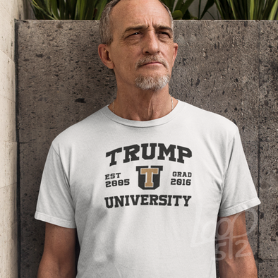 Old man wearing a Trump University Shirt - white - Unisex