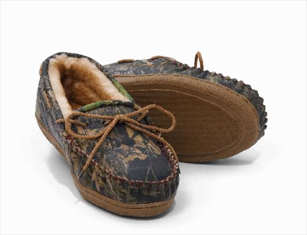 5981dd6034afd Offering you a soft and supple pair of slippers, these Mossy Oak shoes are  made from real sheepskin shearling and Break Up™ camo leather.