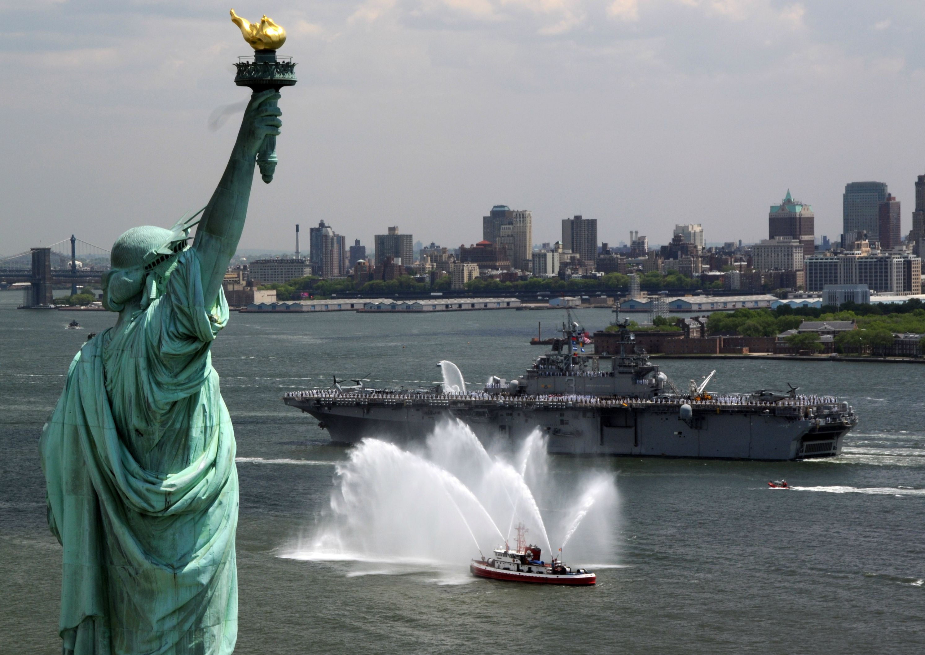 "USS Kearsarge LHD-3 Passes Statue of Liberty May 21, 2008 - 5 x 7"" Photo Card"