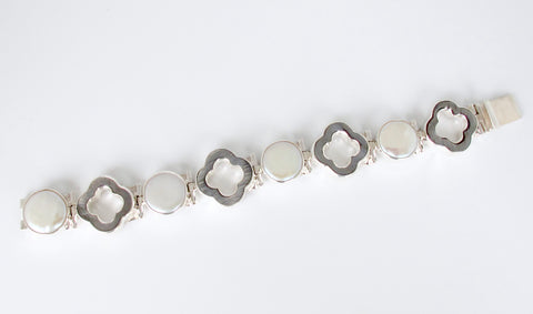 Quatrefoil and white pearl bracelet