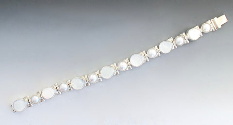 Pearl and mother of Pearl bracelet in white