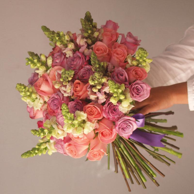 Young & Beautiful - Ramo o Arreglo 50 rosas con Anthirrinums