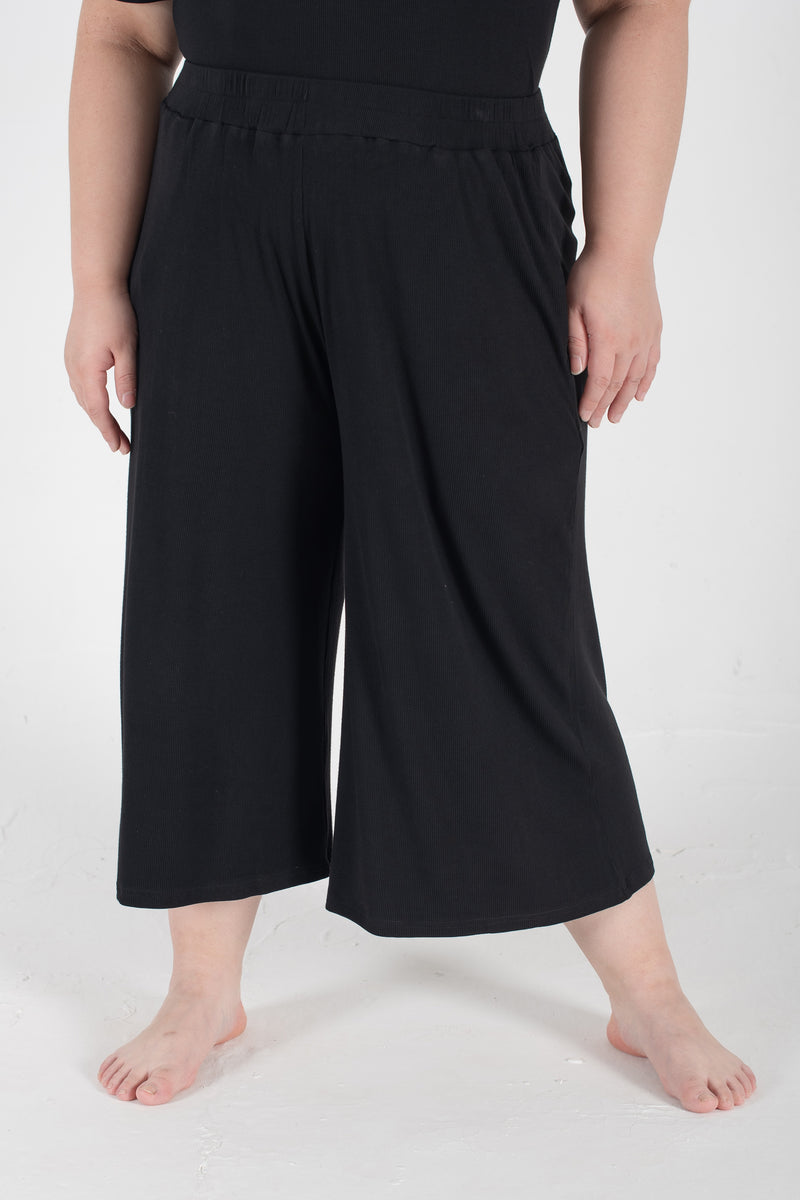 Ribbed Wide-Leg Trousers In Black