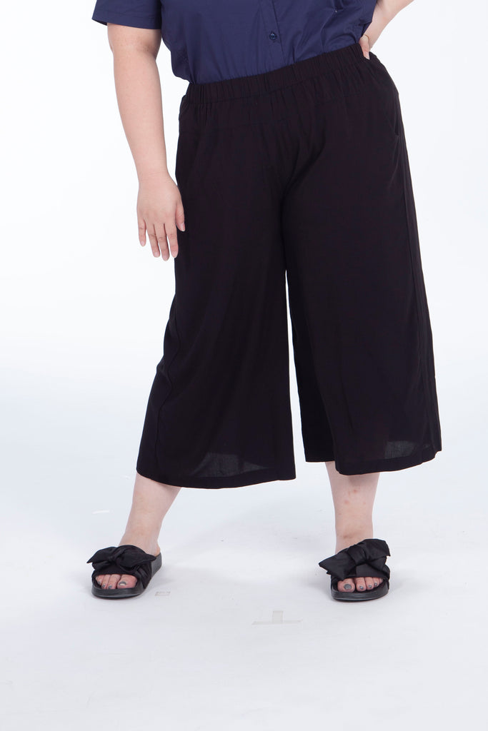 Capri Trousers In Black