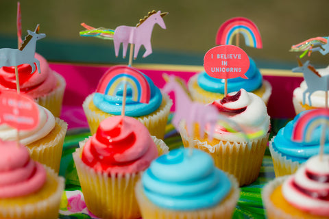how to throw a unicorn party cupcakes