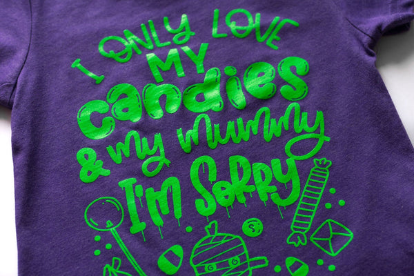 I only love my candies and my mummy - candy themed halloween shirt for kids