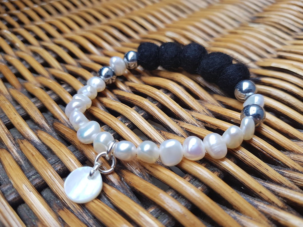 Fresh water Pearl & Mother of pearl Bracelet - Black