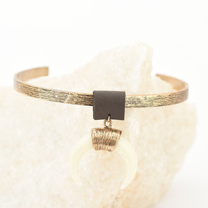 ANTIQUE STYLED OPEN CHOKER WITH A PENDANT MOON / HORN - IMPAVIID