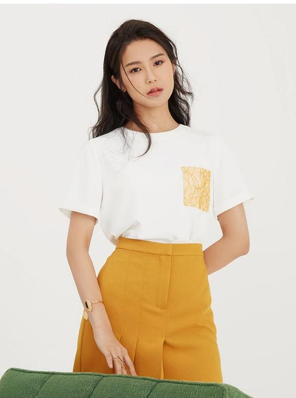 WHITE T-SHIRT WITH YELLOW LACE POCKET - impaviid