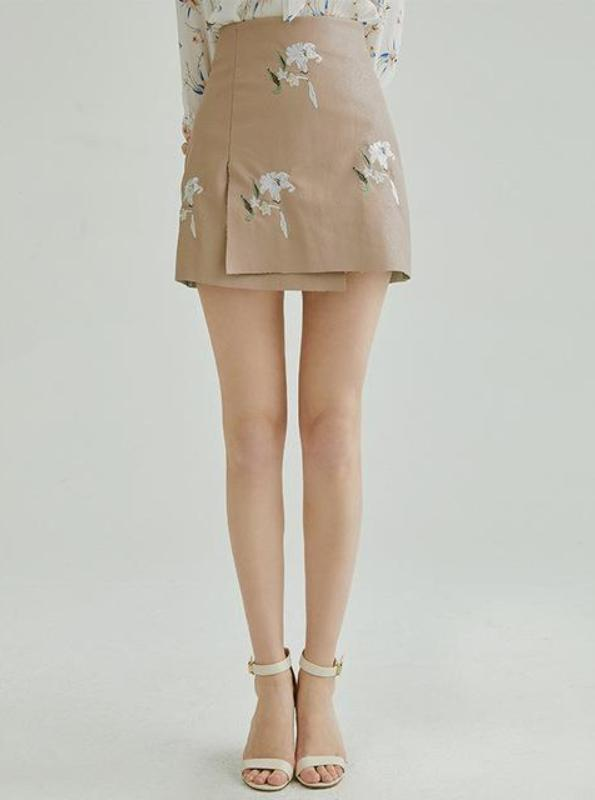 BEIGE FAUX LEATHER BRODERAD MINI SKIRT - IMPAVIID