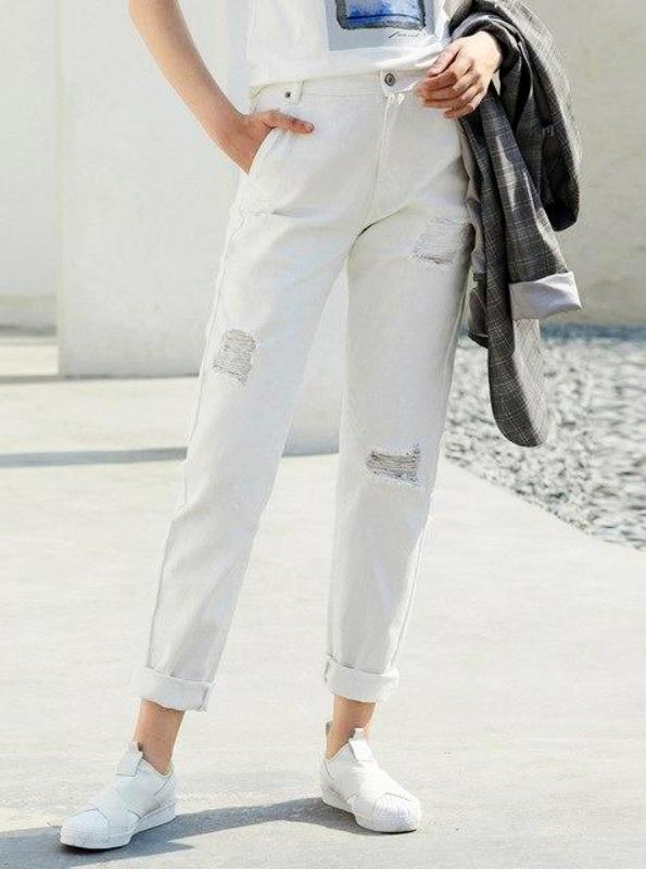 DISTRESSED WHITE BOYFRIEND JEANS