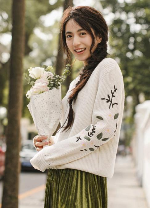 FLORAL EMBROIDERY WHITE SWEATER