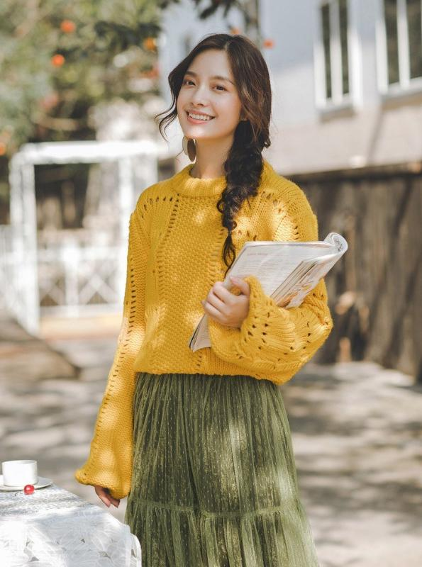 HOLLWED OUT LANTERN SLEEVE SWEATER