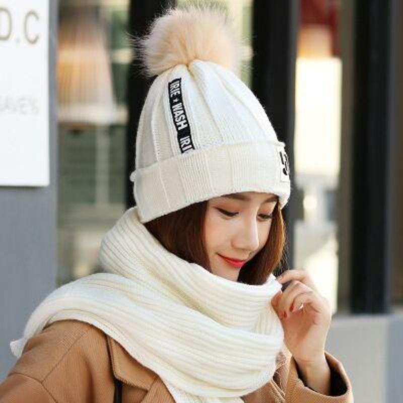 KNITTED HAT AND A SCARF SET