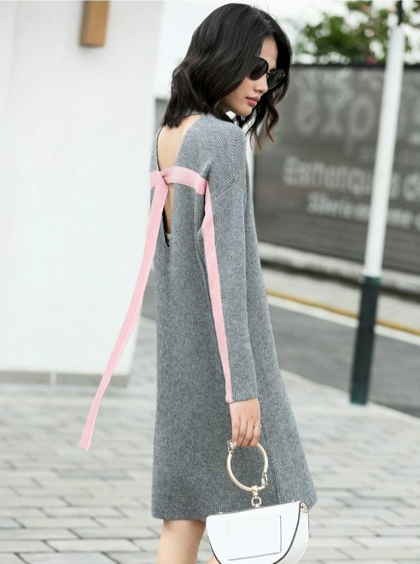 MINIMALISM KNITTED SWEATER DRESS WITH CONTRASTING ACCENTS