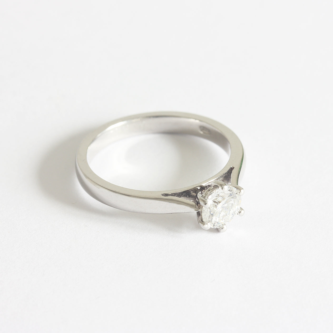 a stunning diamond engagement ring solitaire with 6 claws in platinum